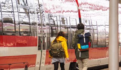 Bahnhof mit Rucksack-Touristen