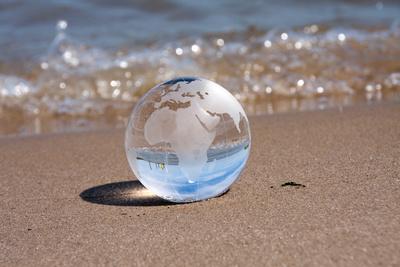 Weltkugel am Strand