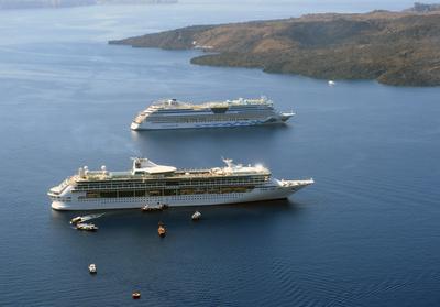 Panorama auf zwei riesige Kreuzfahrtschiffe vor Santorin -  Mittelmeer