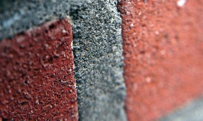rotbraune Mauer mit Fuge Makroaufnahme mit Unschärfe