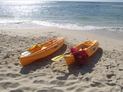Zwei Kajaks am Strand