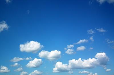 Weiße Wölkchen vor strahlend blauem Himmel
