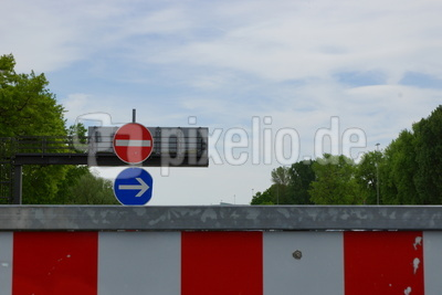 Durchfahrt verboten, nach rechts ausweichen