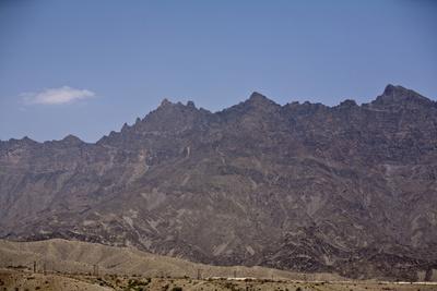 Steile Felshänge überragen das Wadi