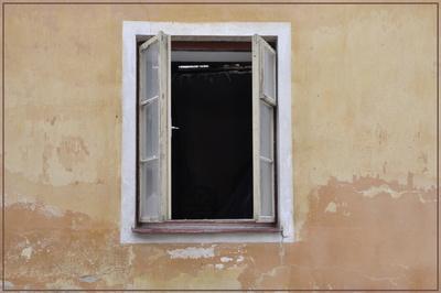 Altes Fenster in mittelalterlicher Umgebung