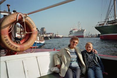 Oma mit Enkel auf Hafenrundfahrt