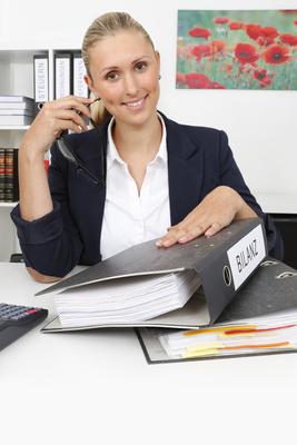 Frau mit Bilanz