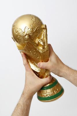 Jubel mit WM-Pokal (Replik!)