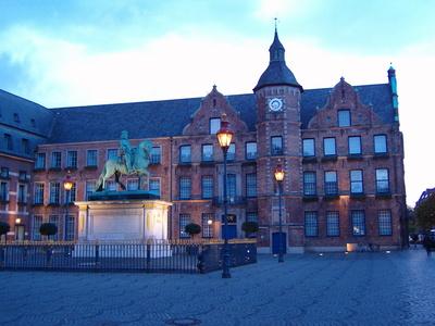 Düsseldorf - Marktplatz mit Rathaus