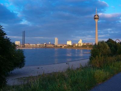 Düsseldorf: Fetenstrand mit Innenstadtpanorama