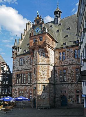 Das Rathaus . . . .