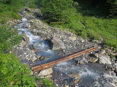 Schwindelfrei Bergbach überqueren