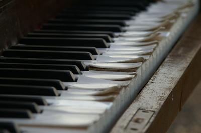 Verrottende Klaviere auf einer Berghalde