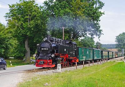 Schmalspur-Dampfzug auf Strecke