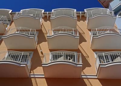 Grand Hotel mit Balkonen im Sonnenlicht