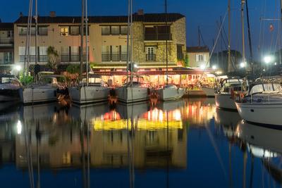 Yachten an Restaurant am Meer