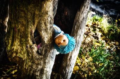 Puppe im Baum