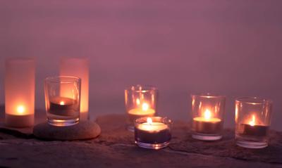 Lila Nacht mit Kerzenschein