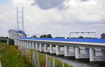 Die Rügenbrücke bei Stralsund . . . .