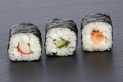 Sushi auf Steinplatte