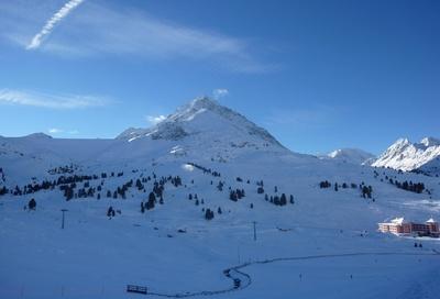 Ein verschneiter Gipfel