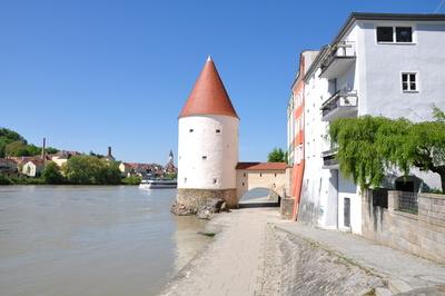 Passauer Innpromenade mit Schaiblingsturm