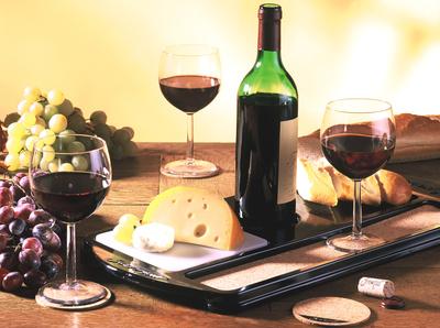 Käse mit Baguette und Rotwein