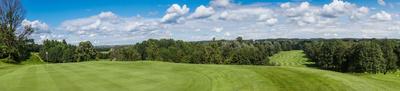 Golfplatz-Panorama blau-weiss-grün