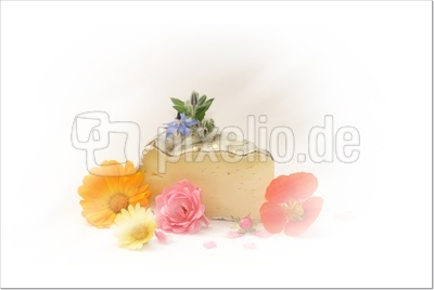 käse mit essbaren blüten