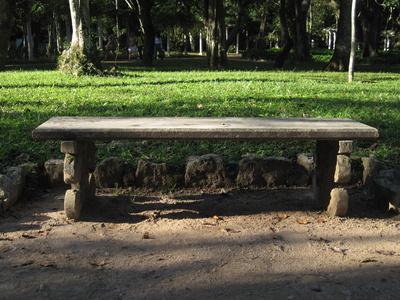 uralte Steinbank im Park