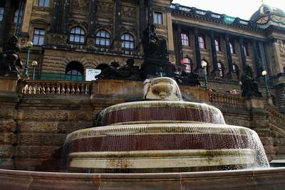 Prag - Brunnen vor dem Nationalmuseum