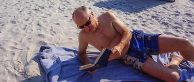 Senior beim Strandurlaub