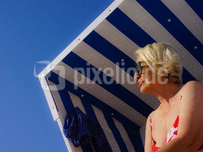 Seniorin im Strandkorb