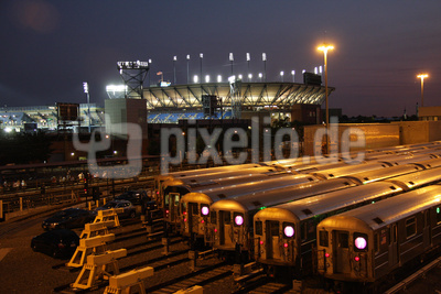Nachtaufnahme einer Eisenbahn Station
