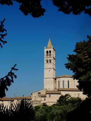 Kirchturm der Basilika Santa Chiara