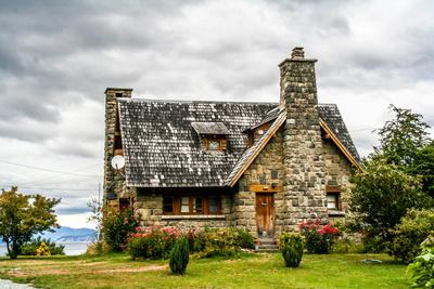 Typisches Steinhaus am Nahuel Huapi in Argentinien