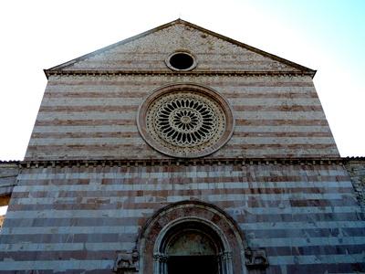 Eingang zur Basilika Santa Chiara