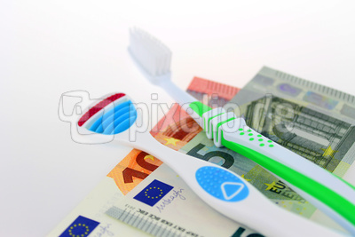 Zahnbürste, Zungenschaber und Euros