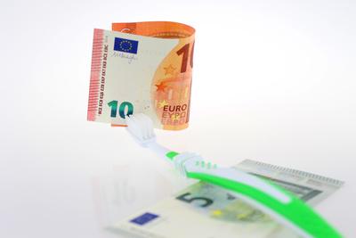 Zahnbürste und Geld
