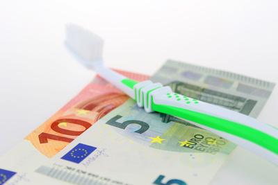 Zahnbürste auf Geld