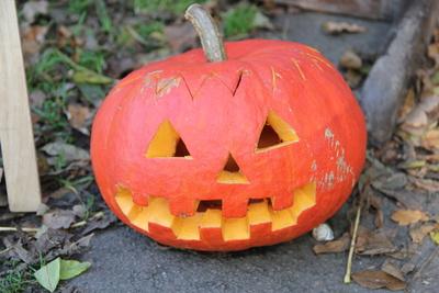 Halloween-Kürbis vor der Tür