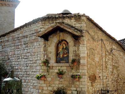 Vor der  Basilika Santa Chiara