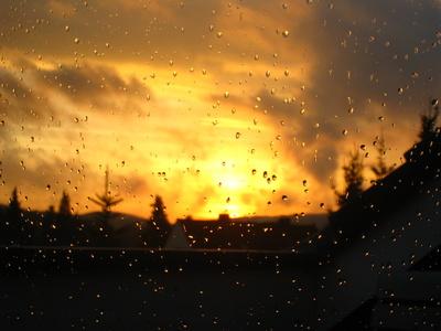 Sonnenuntergang nach Regen, Blick durch`s Fenster