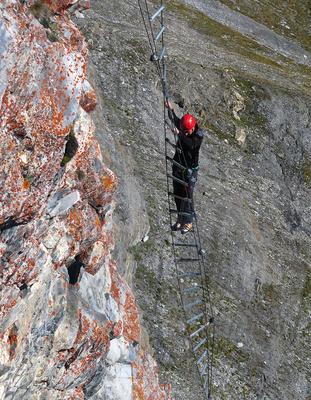Kletterer auf Drehleiter