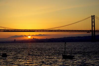 Sonnenuntergang am Tejo mit Blick auf die Brücke des 25. April