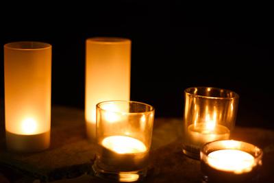 Kerzenlicht in dunkler Nacht
