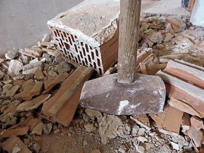 Der gewaltige Hammer auf der Baustelle
