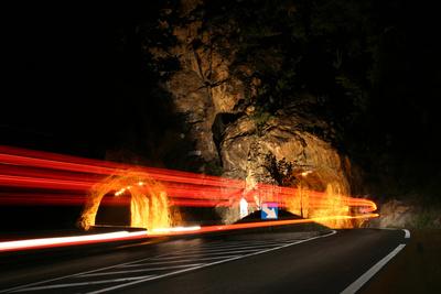 Tunnel Nachts mit Leuchtspuren