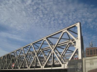 Neue Magdeburger Brücke mit Überseealle /HafenCity