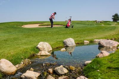 Golfer zwischen Hindernissen